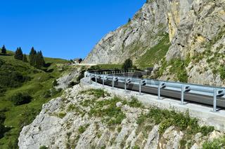 Passstrasse mit Leitplanken, La Clusaz, Bornes Aravis, Haute-Savoie, Frankreich
