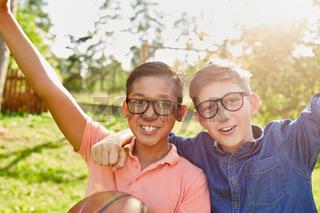 Zwei jubelnde Kinder mit Basketball im Sommercamp