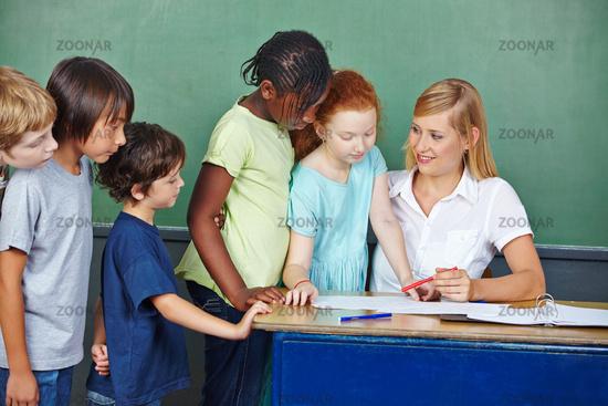 Lehrer erklärt Benotung für Schüler