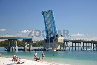 Strand und Brücke auf Anna Maria Island am Golf von Mexico, Florida