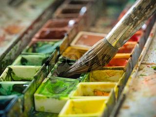 Farbe mit einem Pinsel aufnehmen