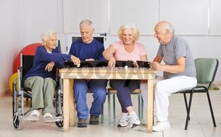 Senioren spielen gemeinsam Rummikub