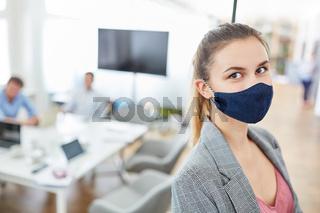 Frau mit Mundschutz als Prävention gegen Covid-19