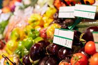 Auberginen im Supermarkt