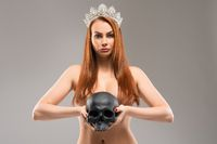 Naked queen with human skull