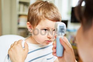 Fieber messen bei Kind mit Erkältung