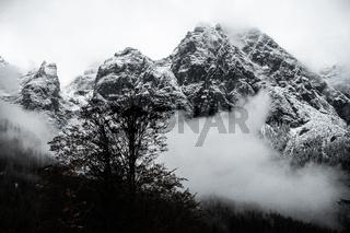 Blick auf Muehlsturzhorn und Stadelhorn im Nebel, Berchtesgarden, Deutschland, Oktober 2020