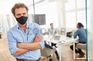 Business Mann mit Mundschutz oder Alltagsmaske