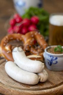 drei bayerische Weißwürste mit Senf
