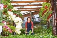 Gärtnerin arbeitet im Blumenladen