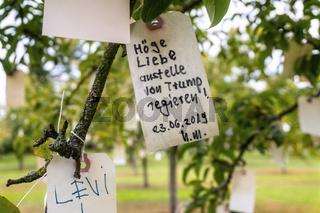 Etikett mit Wunsch in einem Baum