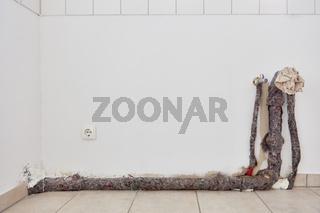Rohr von Wasseranschluss an Wand in Küche