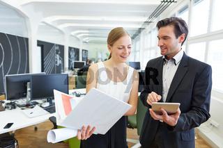 Geschäftsmann mit Assistentin im Büro