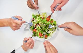 Team beim Salat essen für gesunde Ernährung