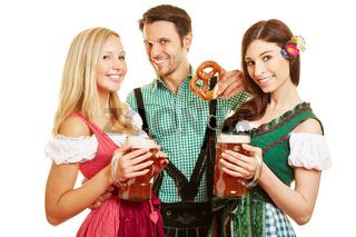Zwei Frauen und Mann mit Bier und Brezel