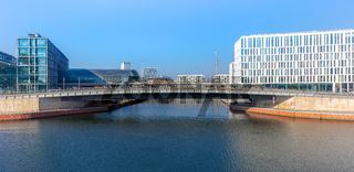 Berlin, Spreebogen, Hugo-Preuß-Brücke, Spree am Hauptbahnhof / Neues Berlin