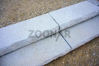 Stiegenstufen aus Granit mit gebrochenen und geschnittenen Flächen