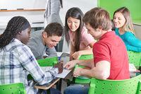 Schüler machen Gruppenarbeit im Unterricht