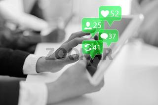 Hand von Geschäftsfrau nutzt Social Media auf Tablet