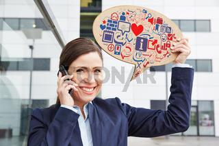 Frau mit Smartphone hält Sprechblase mit Icons
