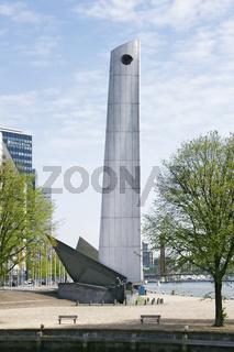 Denkmal 'de boeg' (der Bug) und Skyline in Rotterdam, Stadsdriehoek