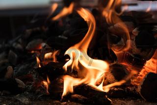 Grillnest eines lodernden Grilllfeuers - Flamme und Grillkohle
