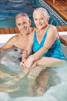 Senioren im Whirlpool im Spa