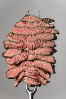 Scheiben eines Steaks auf grauem Hintergrund