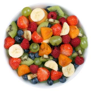 Obstsalat mit Früchte in einer Schale mit Erdbeeren, Bananen und Kiwi von oben