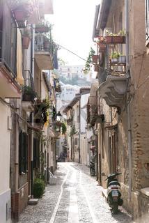 Schmales Gasse mit Wohnungen in einer italienischen Altstadt