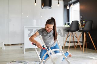 Frau beim Stuhl aufarbeiten als Upcycling als Heimwerker