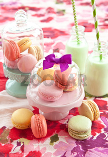 Bunte Macarons und Milchshake