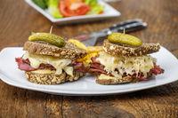 Reuben Sandwich auf rustikalem Holz