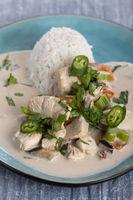 Thailändische Hähnchencurry mit Reis
