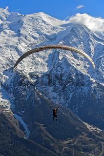 Gleitschirmflieger vor dem Montblanc Massiv, Chamonix, Hochsavoyen, Frankreich