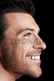 Lachender Mann im Profil