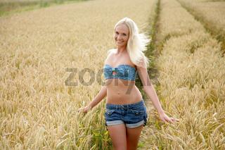 Junge schlanke Frau im Kornfeld