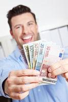 Gewinner mit Geldfächer