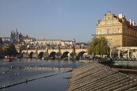 Smetana Museum mit Karlsbrücke und Prager Burg, Prag