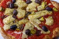 Nahaufnahme einer Pizza mit Oliven