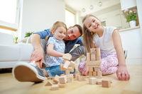 Familie beim Spielen zu Hause