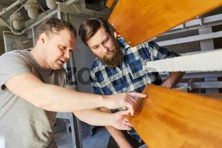 Tischler Lehrling und Möbelbauer in der Tischlerei