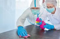 Putzkräfte reinigen und desinfizieren Oberflächen