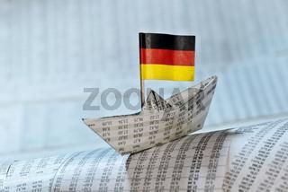 Papierschiff mit deutscher Flagge