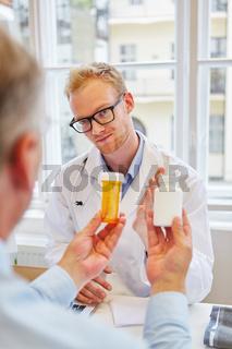 Arzt gibt Patient Tabletten