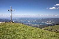 Gipfelkreuz auf dem Hirschberg, Bayern, mit Blick zum Tegernsee