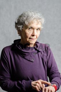 alte Frau zeigt auf ihre Uhr