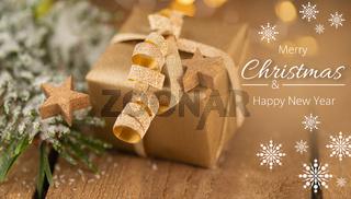 Hübsches Weihnachtspäckchen mit Sternen auf Holz - Merry Christmas