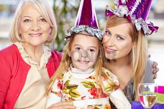 Mutter, Tochter und Oma feiern