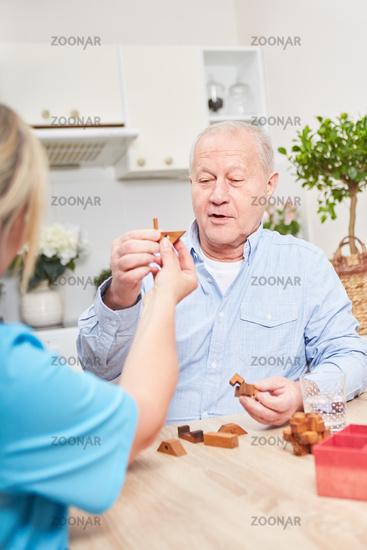 Pflegehilfe betreut Senior mit Demenz zu Hause